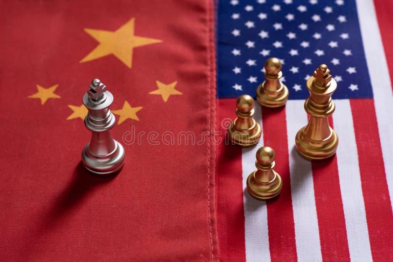 Het schaakspel, a-koningstribune confronteert de vijanden op de nationale vlaggen van China en van de V.S. Het Concept van de han stock foto