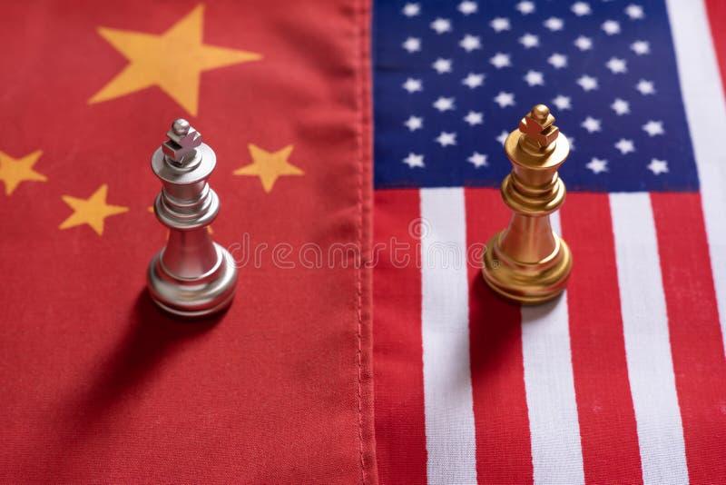 Het schaakspel, twee koningstribune confronteert op de nationale vlaggen van China en van de V.S. Het Concept van de handelsoorlo royalty-vrije stock afbeeldingen