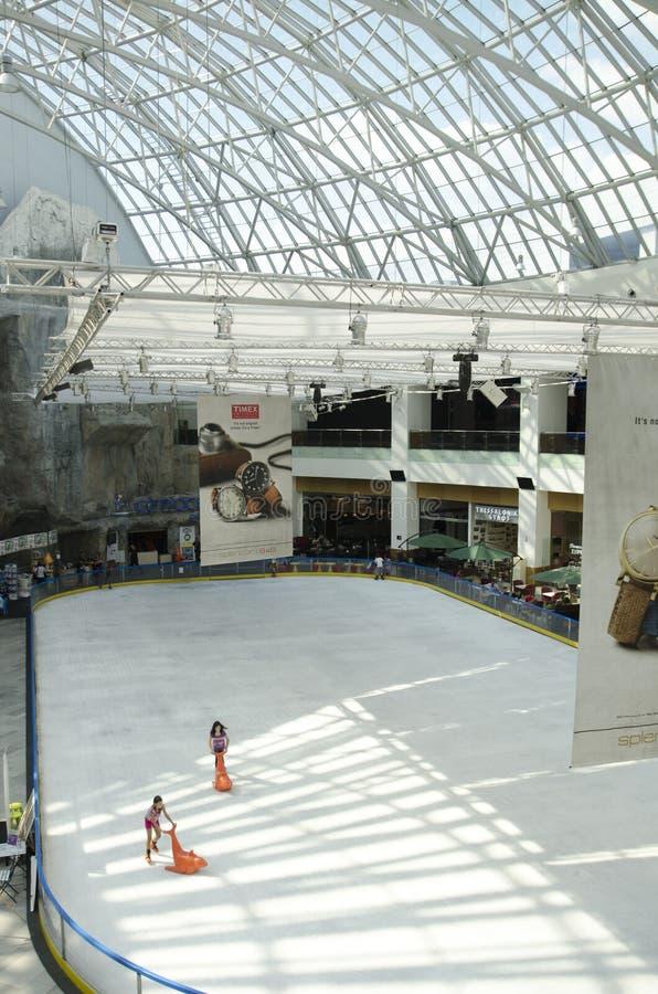 Het schaatsen arena bij AFI-de Wandelgalerij van Paleiscotroceni, in Buc stock fotografie