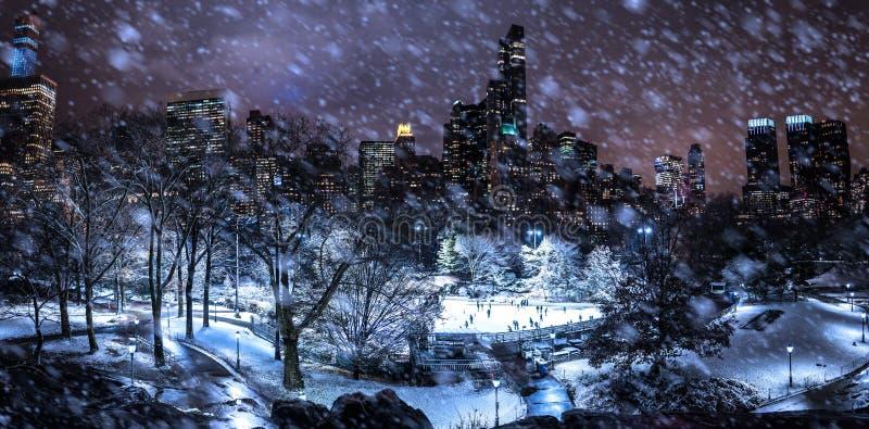 Het schaatsen in New York bij nacht tijdens sneeuw royalty-vrije stock foto