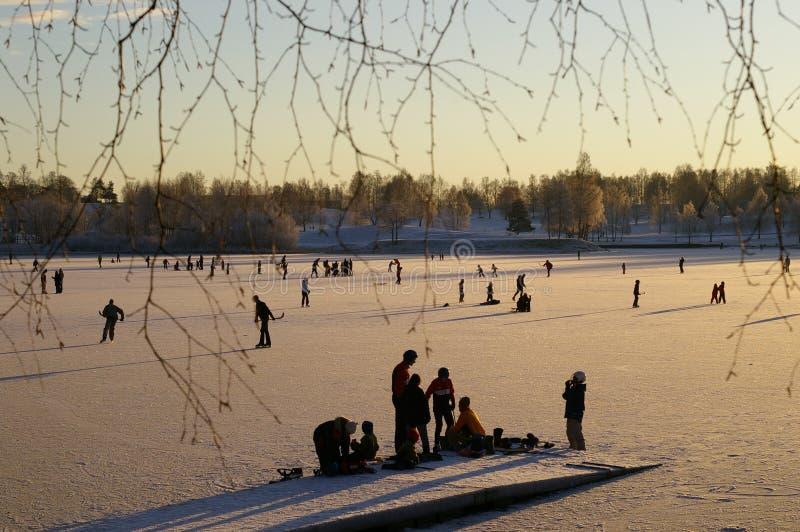 Het schaatsen op Noors meer stock fotografie
