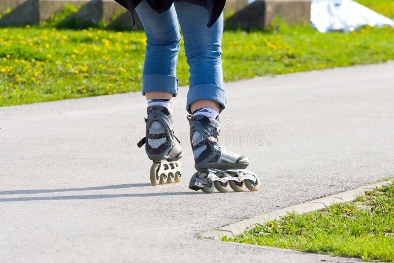 Het schaatsen op rollerblades royalty-vrije stock fotografie