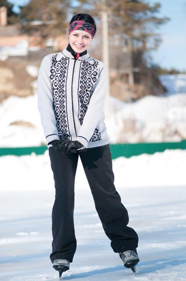 Het schaatsen van het ijs. Vrouw die op ijs schaatst stock foto's