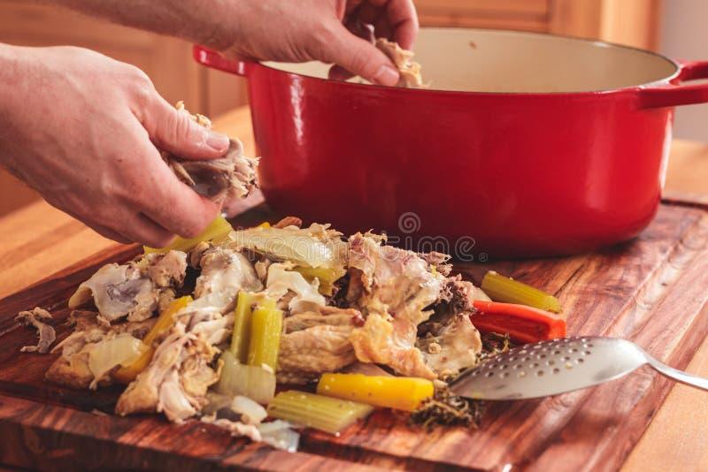 Het scheiden van het vlees van de beenderen van rest geroosterde kip c royalty-vrije stock foto's