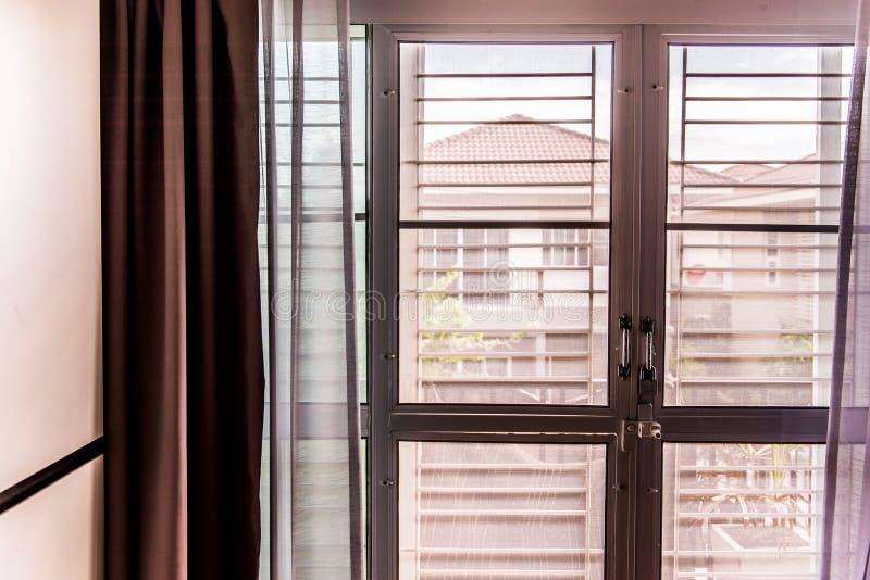 Het scherm en het raamkozijn van de mugdraad stock foto