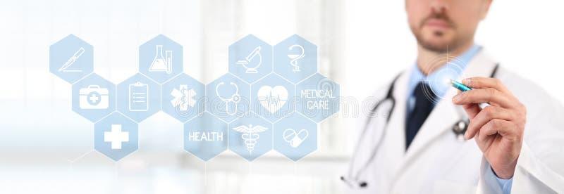 Het scherm van de artsenaanraking met een pen, medische symbolenpictogrammen op backgro stock afbeelding