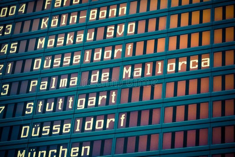 Het scherm van de luchthavenvlucht stock afbeeldingen