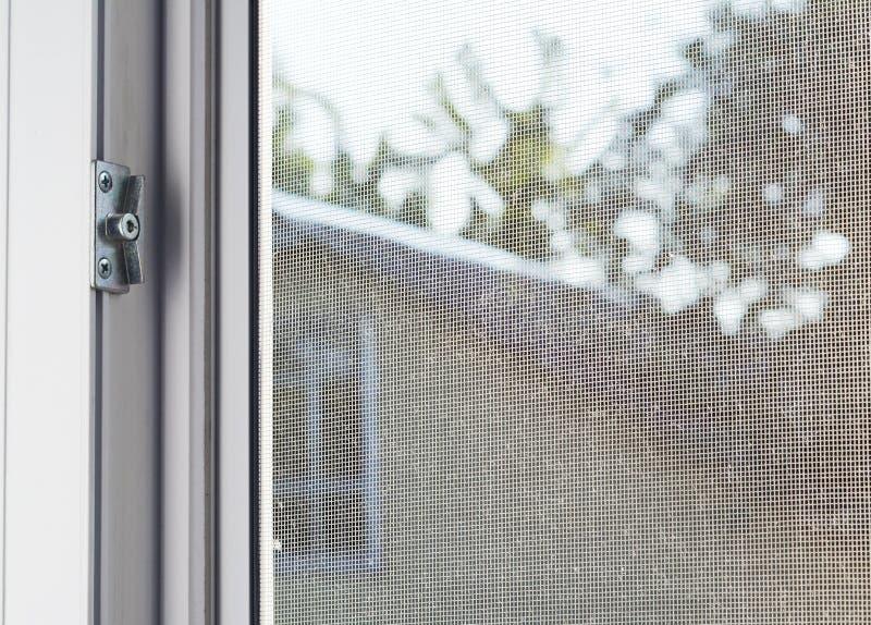 Het scherm van de mugdraad op huisvenster tegen insecten te beschermen stock afbeelding