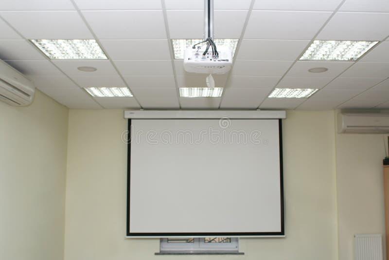 Het scherm van de projectie in de bestuurskamer royalty-vrije stock foto's