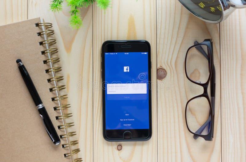 Het scherm van Facebook-pictogrammen op het scherm dat van Apple wordt geschoten iPhone7 Facebook stock foto