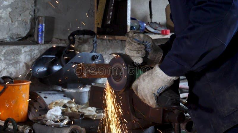 Het scherpe staal van de zware industriearbeider met hoekmolen, hoge snelheidsvideo Kader Arbeider met hoekmolen en royalty-vrije stock fotografie