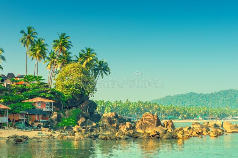 Het schieten in het ochtend lege tropische strand stock foto's