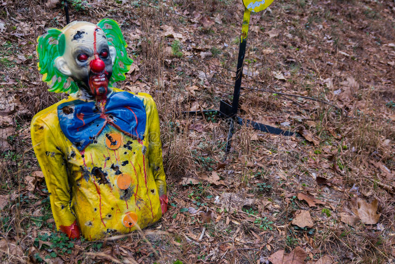 Het schieten van Doel vernietigde Kleurrijke Enge Clown Woods stock foto's