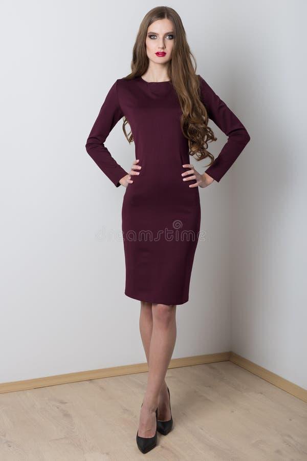 Het schieten van manierkleding met mooi sexy meisje met lang aan catalogus stock foto