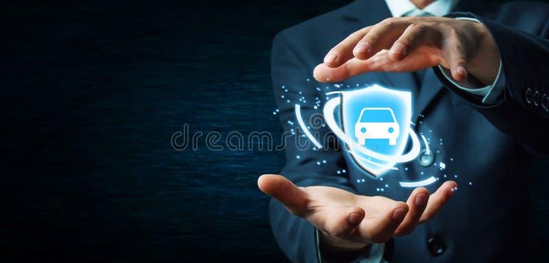Het schild en de auto van de zakenmanholding De verzekeringsconcept van de auto stock fotografie