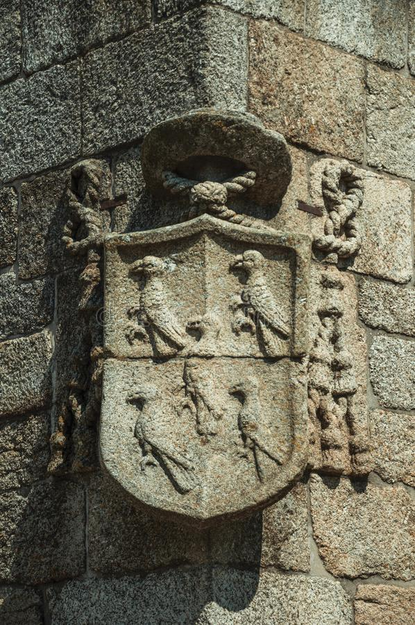 Het schild van het familiewapenschild op steen in een gotische Kathedraal wordt gesneden die royalty-vrije stock afbeelding