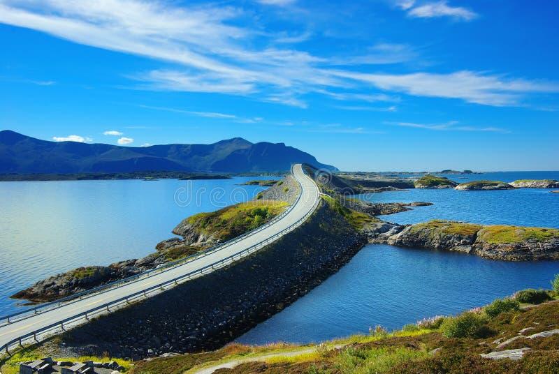 Het schilderachtige landschap van Noorwegen. Atlanterhavsvegen stock afbeeldingen