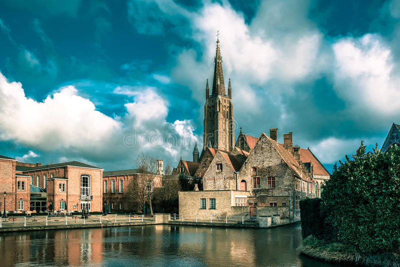 Het schilderachtige stadslandschap in Brugge, België stock fotografie