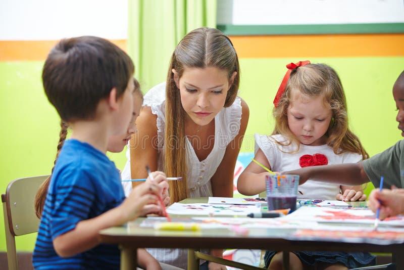 Het schilderen in kleuterschool royalty-vrije stock afbeelding