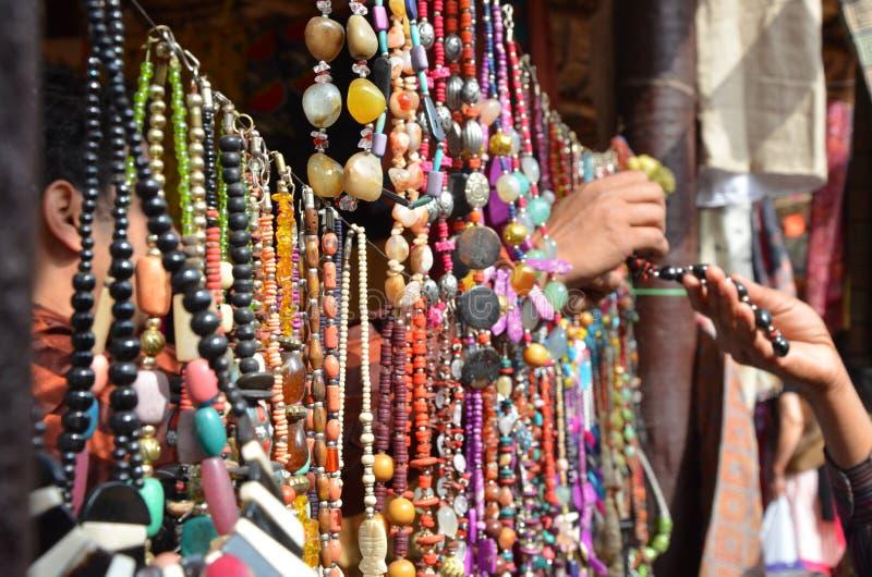 Het schilderen, kunst, het wilde leven, vogels, kunstmatige vogels, decoratie, ambachtmarkt, handelsbeurs, juwelen, kunstmatige j royalty-vrije stock foto