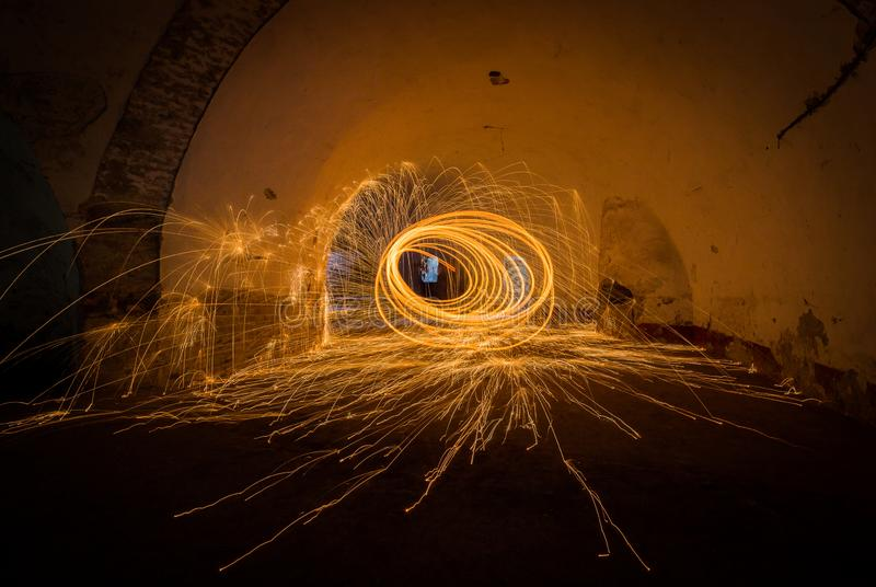 Het schilderen met het lichte brand spinnen in gesloten ruimte stock foto