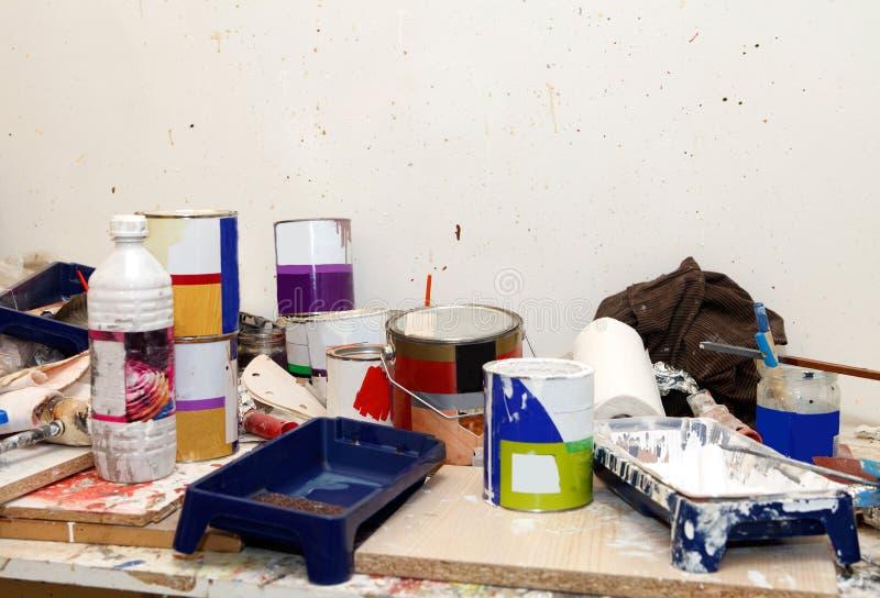 Het schilderen van apparatuur in garage royalty-vrije stock afbeeldingen