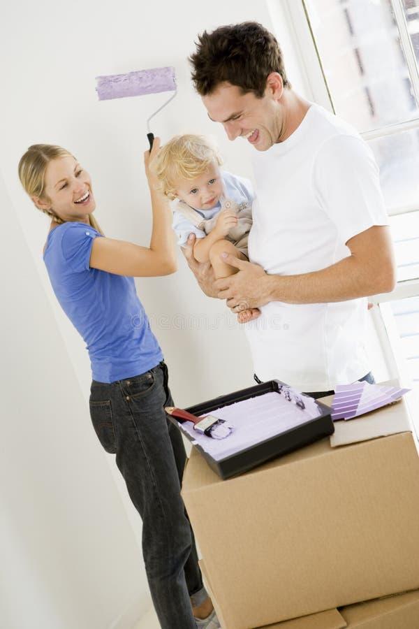 Het schilderen van de familie ruimte in nieuw huis stock foto
