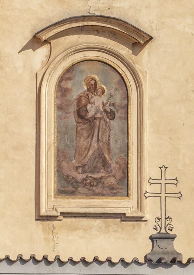 Het schilderen van de Madonna en het Kind op een muur in Praag, Tsjechische Republiek royalty-vrije stock afbeelding