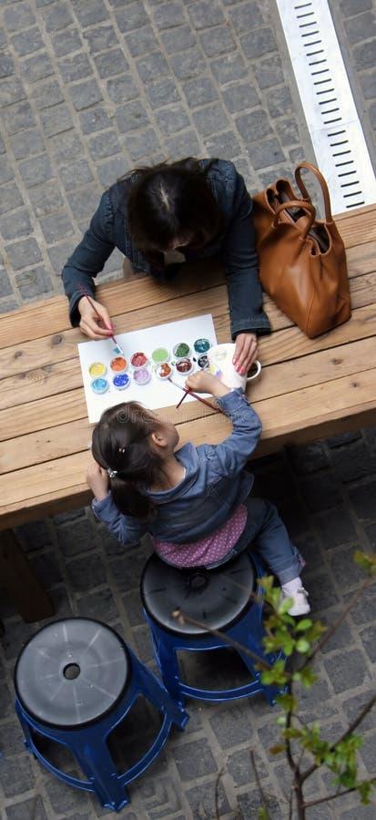 Het schilderen van de moeder en van de dochter stock fotografie