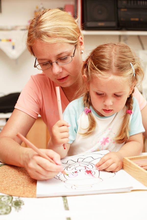 Het schilderen van de moeder en van het kind stock afbeeldingen