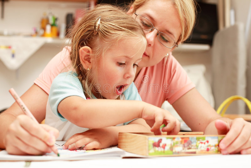 Het schilderen van de moeder en van het kind stock foto's