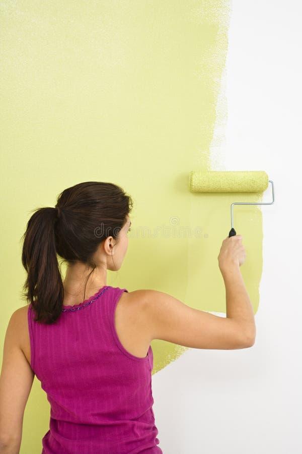 Het schilderen van de vrouw muur. royalty-vrije stock afbeeldingen