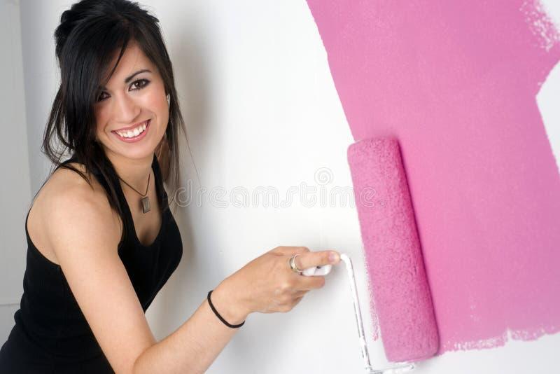 Het schilderen van de vrouw muurroze stock fotografie