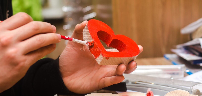 Het schilderen van een houten hart, St Valentine ` s Dag royalty-vrije stock afbeeldingen