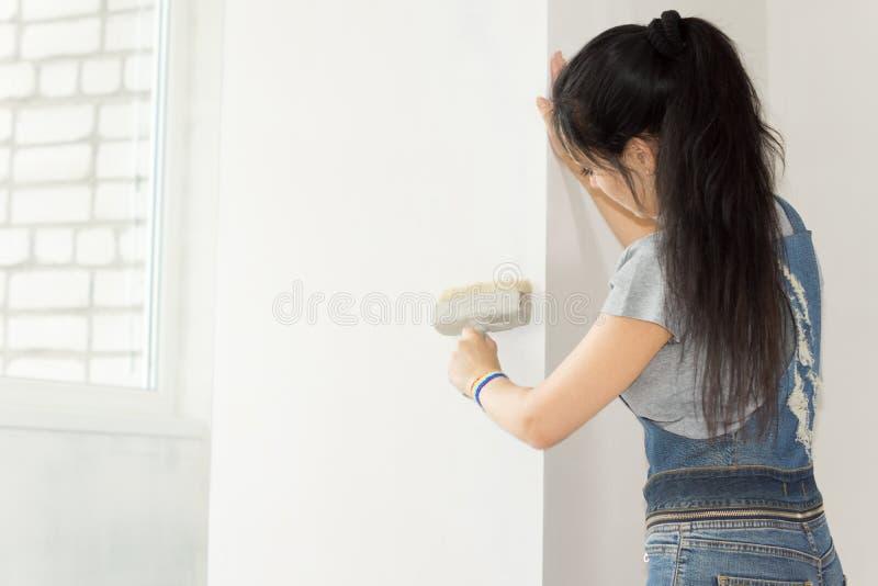 Het schilderen van een muur stock fotografie