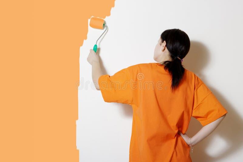 Het schilderen van een muur stock afbeelding