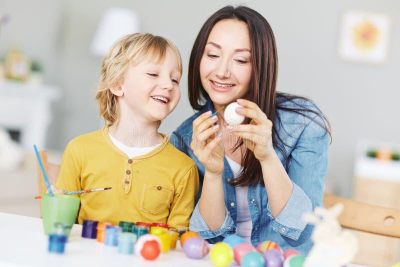 Het schilderen van eieren met mamma royalty-vrije stock foto
