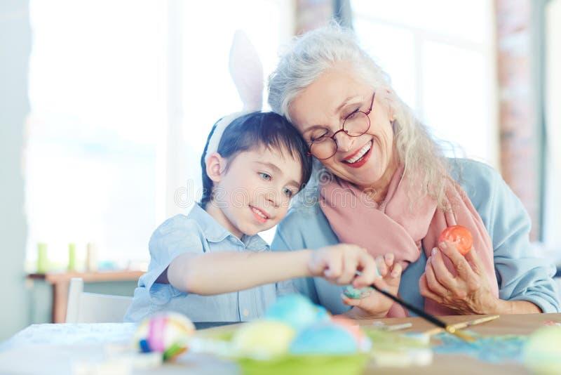 Het schilderen van eieren voor Pasen stock foto