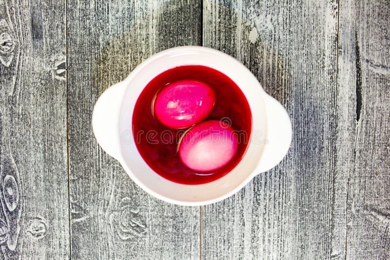 Het schilderen van eieren voor Pasen Kleurstoffen voor eieren voor Pasen stock foto's