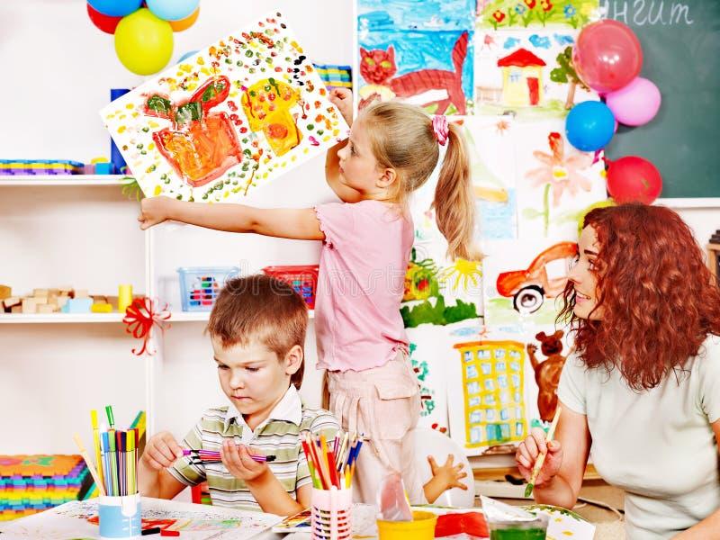 Het schilderen van het kind bij schildersezel. royalty-vrije stock foto's