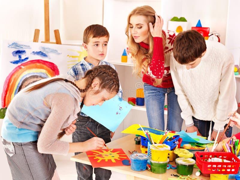 Het schilderen van het kind op kunstacademie. stock afbeeldingen