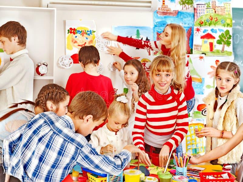 Het schilderen van het kind op kunstacademie. royalty-vrije stock fotografie