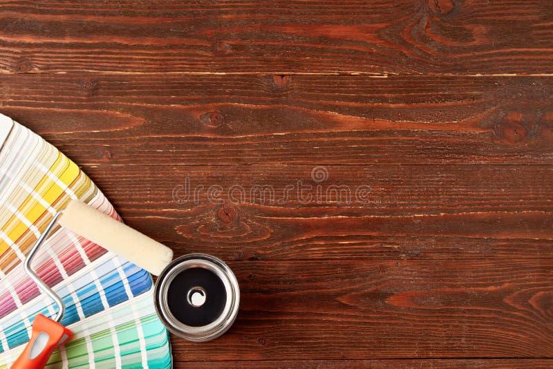Het schilderen van Hulpmiddelen op Houten Lijst royalty-vrije stock afbeelding