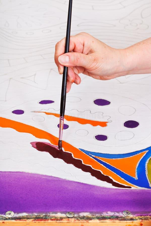 Het schilderen van koud batikpatroon op zijde stock fotografie