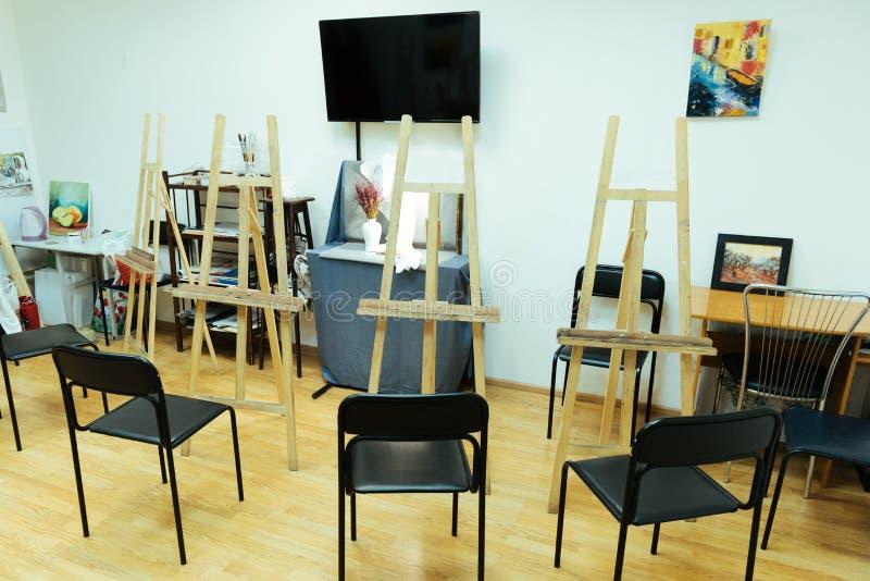 Het schilderen van studio met schildersezels die zich daarin bevinden royalty-vrije stock afbeeldingen