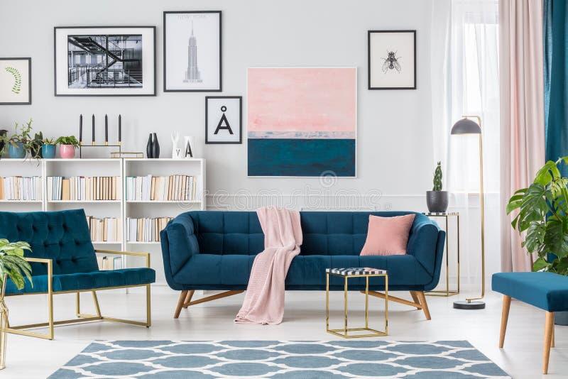 Het schilderen in woonkamerbinnenland stock afbeeldingen
