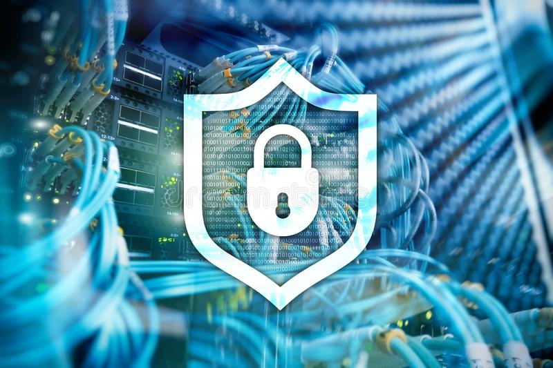 Het schildpictogram van de Cyberbescherming op de achtergrond van de serverruimte Informatiebeveiliging en virusopsporing stock illustratie