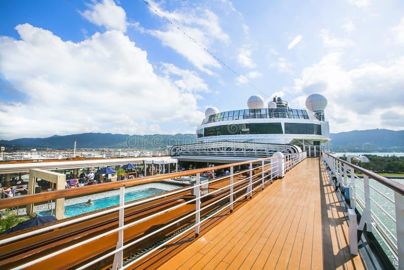 Het schip Costa Luminosa van de cruise De toeristen ontspannen en nemen een zonbad op hoger Dec royalty-vrije stock foto