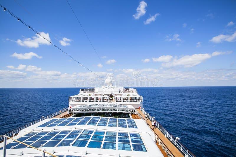 Het schip Costa Luminosa van de cruise De toeristen ontspannen en nemen een zonbad op hoger Dec stock afbeeldingen