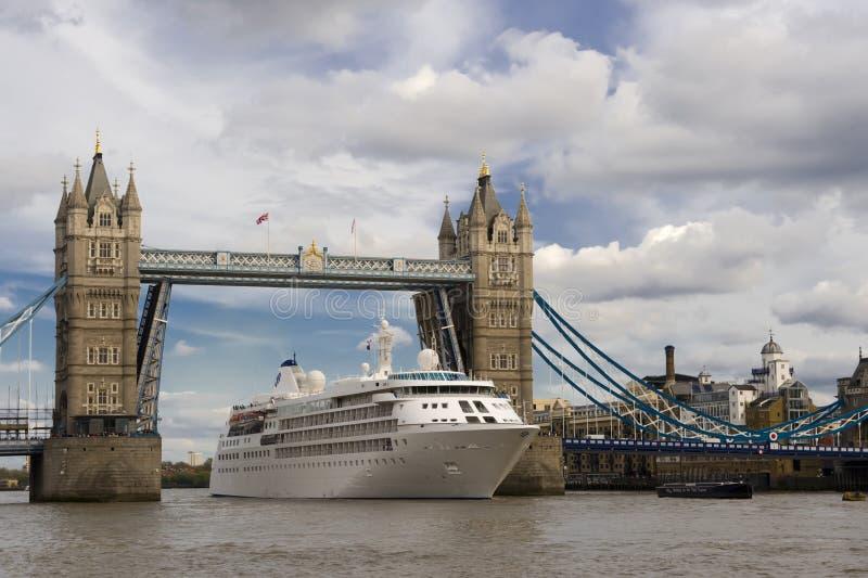 Het schip dat van Cruiise de brug van de Toren in Londen overgaat royalty-vrije stock afbeeldingen